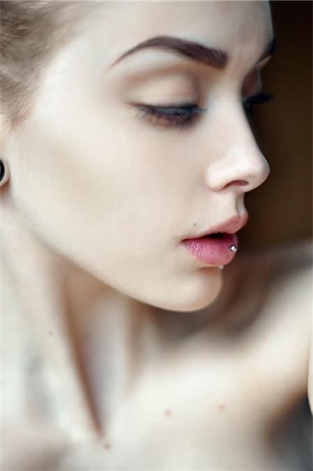 vertical labret piercing retainer